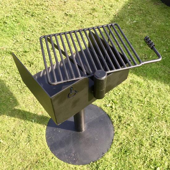 grill tilpasset rullestolbrukere som inkluderer dreibar grillrist