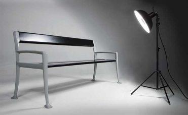 Sort benk i moderne design som kan benyttes både ute og inne