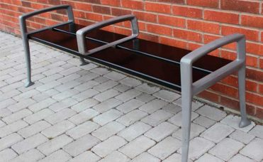 Parkbenk i furu og aluminium uten rygg