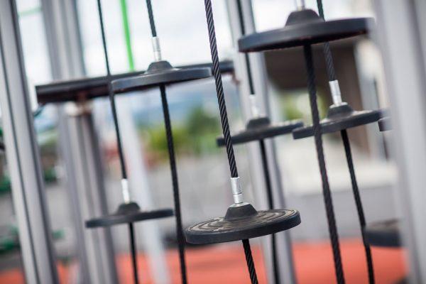 Sorte balanseklosser på klatreapparatet thorium