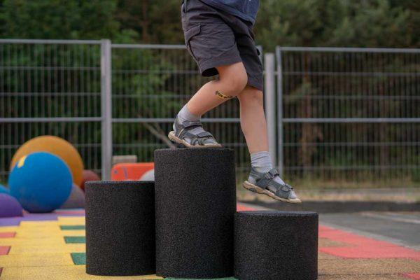 Sort stolpe i gummi til lekeplassen fra Kraiburg