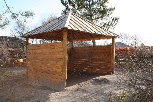 Undervisningsrom utendørs i robinia og lerk