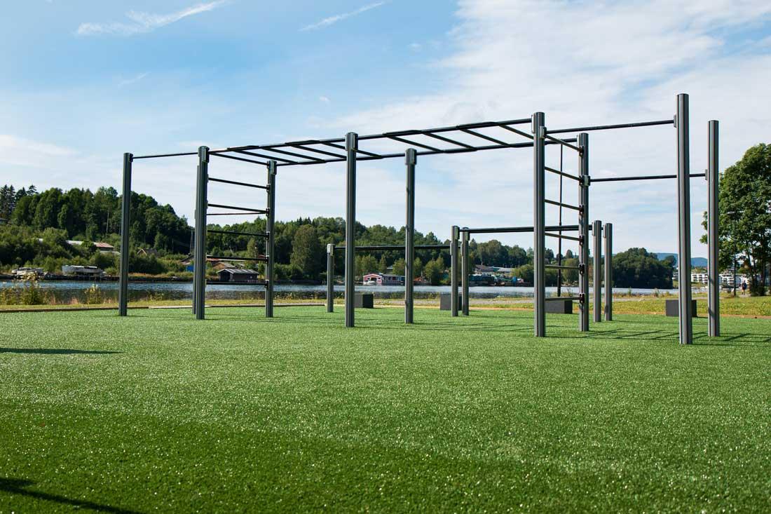 Utendørs treningspark grenland med monkeybar, ribbevegg og sit ups med mer